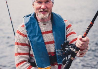 Opas kertoo lohenkalastajille turvallisuusohjeet ja vavan käytön ennen vesille lähtöä Wildfish Guiding