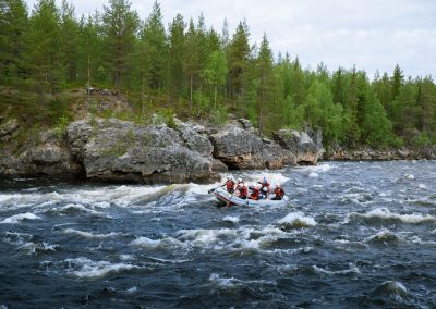 Rafting at Muonionjoki River activiteis DiscoverMuonio photo by Sanni Vierela