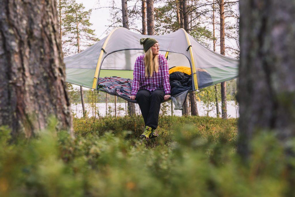 Puussa riippuva telttamajoitus Kuva Terhi Tuovinen HOL